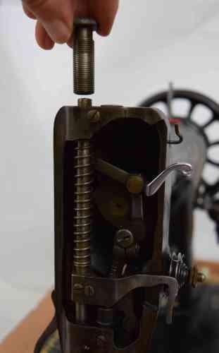 05-remove-foot-pressure-knob